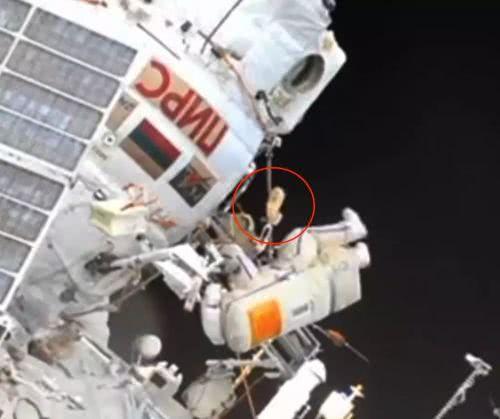 俄宇航员捡垃圾回收毛巾 它在国际空间站外漂了10年