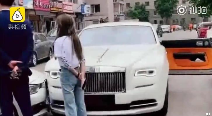 劳斯莱斯宝马相撞 女司机的驾驶技术怎么过关的?