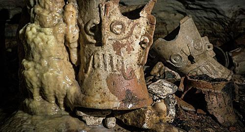 玛雅墓穴中现颅骨 考古学家在玛雅墓穴中发现战利颅骨