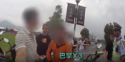 外卖员扇自己耳光 只因撞伤冲出路面的男童