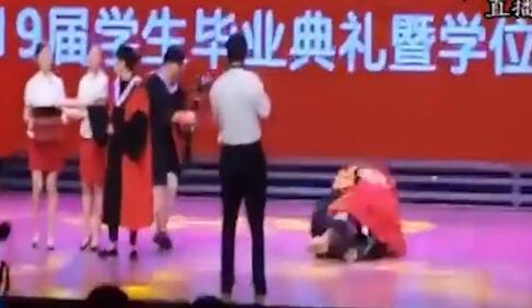 毕业典礼学生激动过了头 抱校长转圈摔倒
