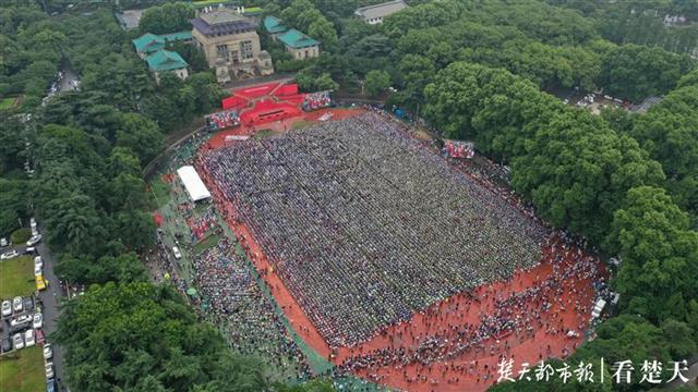 武汉大学雨中举行毕业典礼 大雨挡不住大家的热情