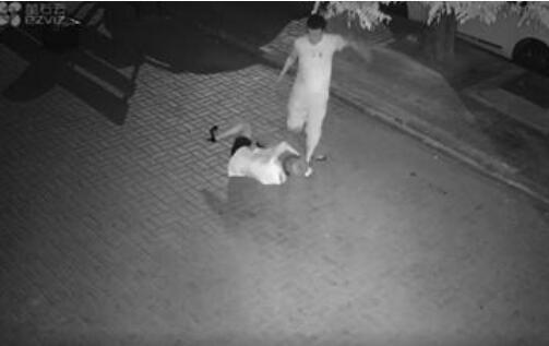 男子当街暴打女孩画面让人楸心 打女孩嫌疑人被抓大快人心