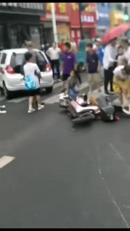 """老年代步车撞11人 65岁肇事""""司机""""也被吓得茫然无措"""