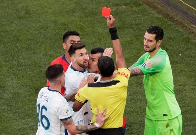 梅西公开拒绝领奖 赛后炮轰当值主裁判