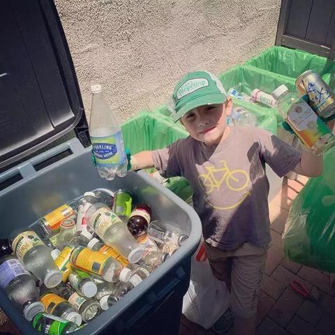 """7岁男孩当上CEO 志在环保事业专注垃圾分类被称""""垃圾小王子"""""""