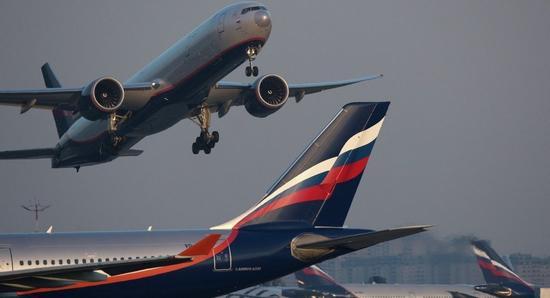 俄客机驾驶舱冒烟 紧急撤离有8人受伤飞机未起火