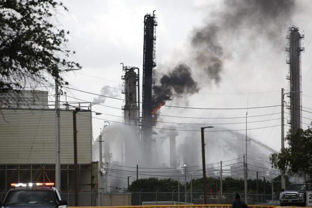 美国炼化厂火灾 现场浓烟滚滚可见三条火舌