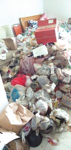 房客退租满屋垃圾 垃圾堆有1米高淹没沙发和床