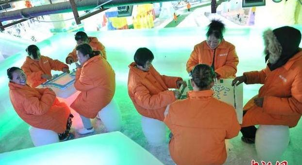 坐冰桶內打麻將 不愧是安逸會玩的重慶人