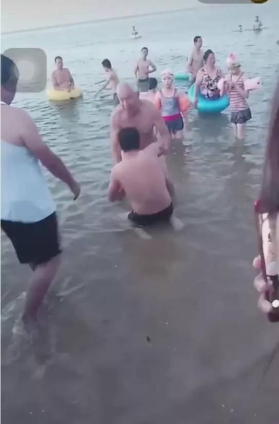 7旬老海军救女童 老英雄舍己救人美名扬