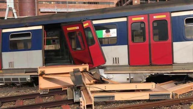 港铁列车出轨 车厢断开两截列车车门飞脱