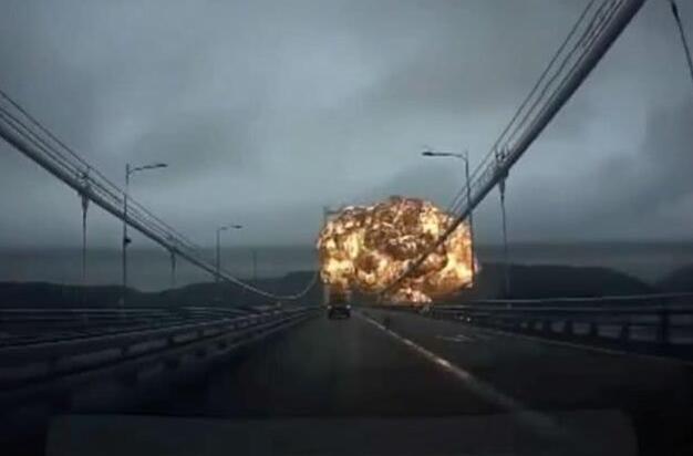 韩蔚山港油轮爆炸 现场火光冲天如同战场