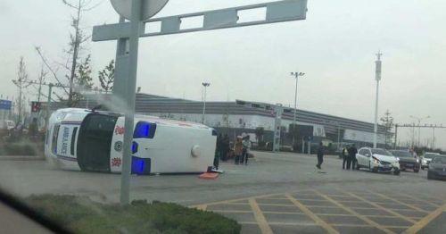 菏泽救护车侧翻 3人受伤事故原因正在调查